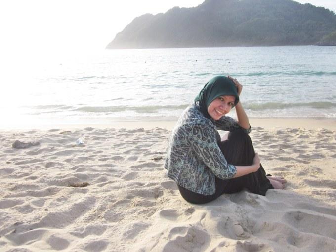 duduk di pantai